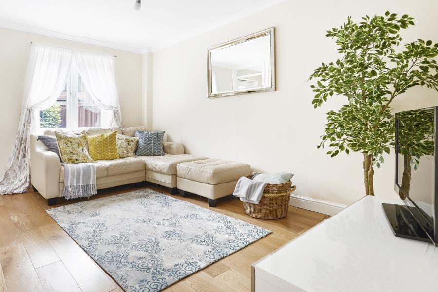 e14_freehold_house_sale_london_below_market_value_canary_wharf
